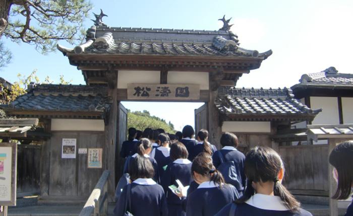 11月:フィールドワーク(人権・平和学習) 中3の人権学習では、日本と朝鮮半島の関係について学びます。10月には、下蒲刈にフィールドワークに行きました。班別で島の朝鮮通信使にゆかりの場所を訪れ、日本の人々が朝鮮の人々をどのようにおもてなししたのかを肌で感じることができました。また、2月には、在日コリアンの先生のお話を聞きました。「アジアは一つ」という言葉が心に残っています。日本も韓国も手を取り合って、アジアの良さを世界にアピールしていければと思います。/R・Kさん